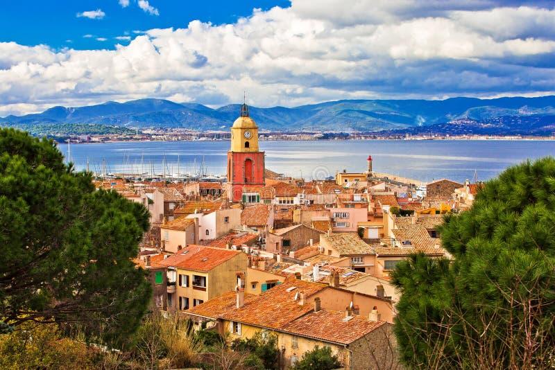 Saint Tropez -de toren van de dorpskerk en oude dakenmening stock foto's
