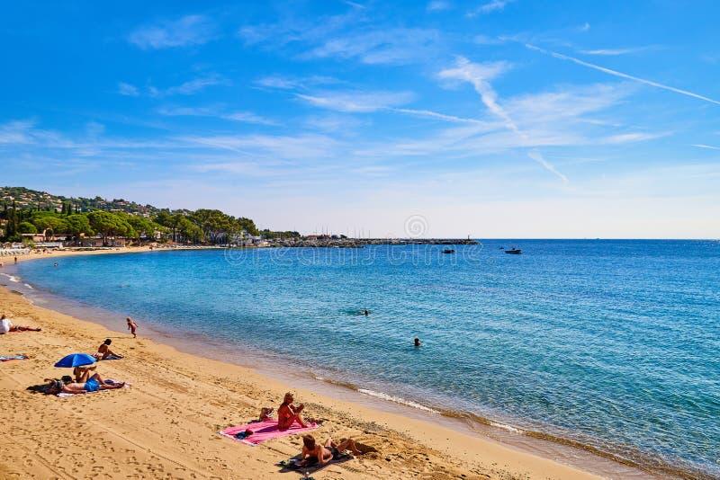 Saint Tropez, Francia - 22 de septiembre de 2018: Playa de Sandy cerca de Niza con la gente y de la visión con el mar y el cielo  fotos de archivo
