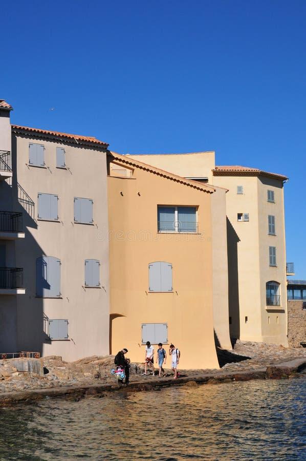 Saint Tropez; Frankrike - april 18 2016: pittoresk gammal stad i vår royaltyfria bilder