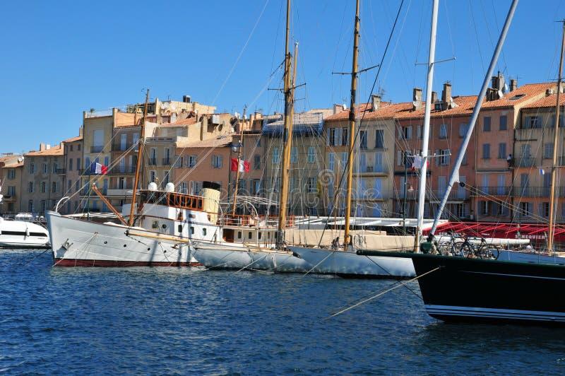 Saint Tropez; Frankrike - april 18 2016: pittoresk gammal stad i vår arkivbild
