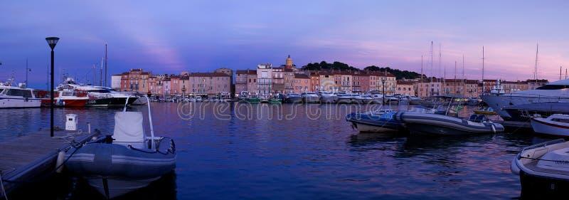 Saint Tropez -Huizen op de Jachthaven na Zonsondergang royalty-vrije stock afbeelding