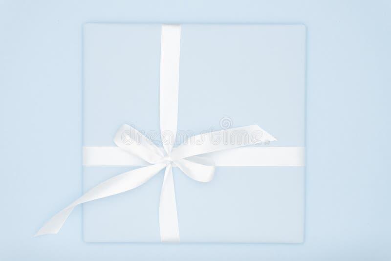 Saint Valentin étendu plat ou femmes jour, anniversaire de composition en cadeau bleu ou en boîte actuelle de carte de voeux avec photographie stock libre de droits