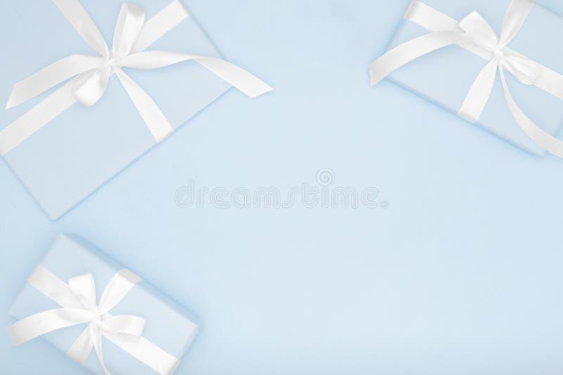 Saint Valentin étendu plat ou femmes jour, anniversaire de composition en cadeau bleu ou en boîte actuelle de carte de voeux sur  images libres de droits