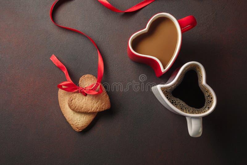 Saint-Valentin avec des cadeaux, une boîte en forme de coeur, des tasses de café, des biscuits en forme de coeur, des macarons et photos libres de droits