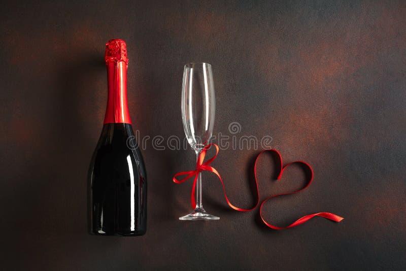 Saint-Valentin avec des verres de champagne et d'un ruban en forme de coeur Vue supérieure avec l'espace pour vos félicitations C images stock