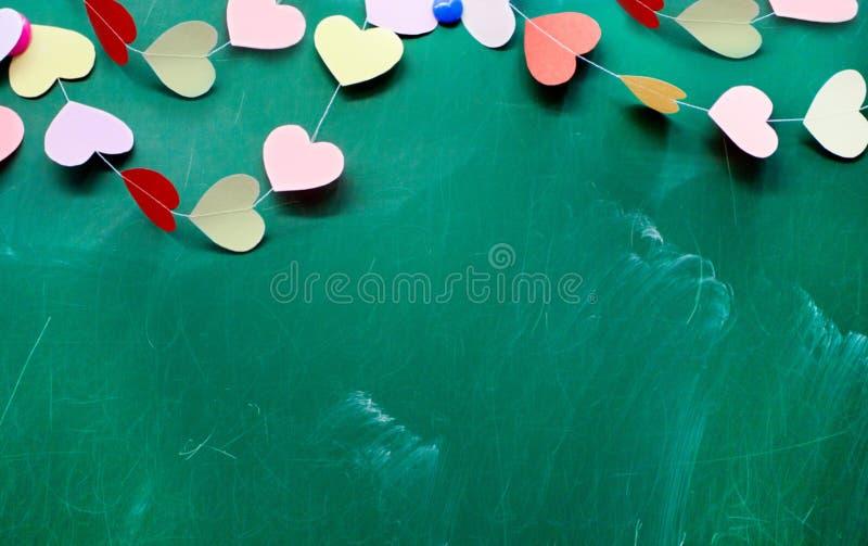 Saint valentin coeur de la pose de papier peint sur le fond de tableau noir - Saint maclou pose gratuite ...