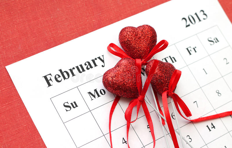 Saint-Valentin dans le calendrier avec les coeurs rouges images libres de droits