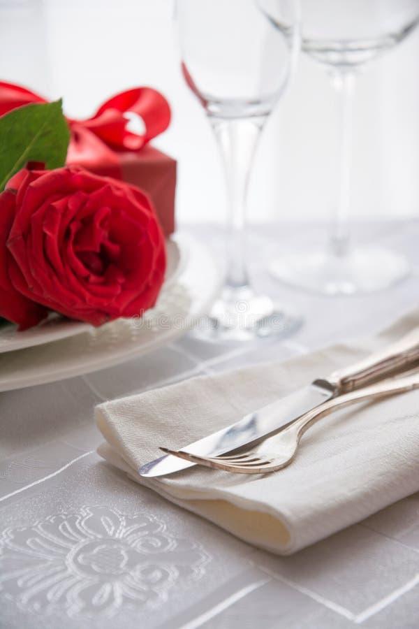 Saint-Valentin ou dîner romantique avec la rose rouge photos libres de droits