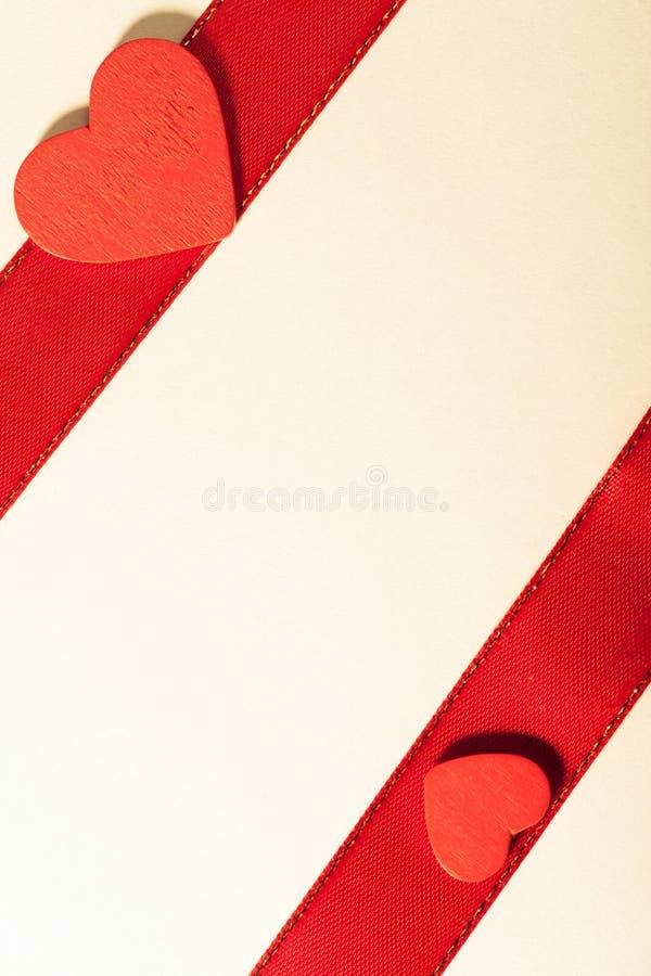 Saint Valentin. Ruban rouge de satin avec le coeur. Copiez l'espace pour le texte photographie stock