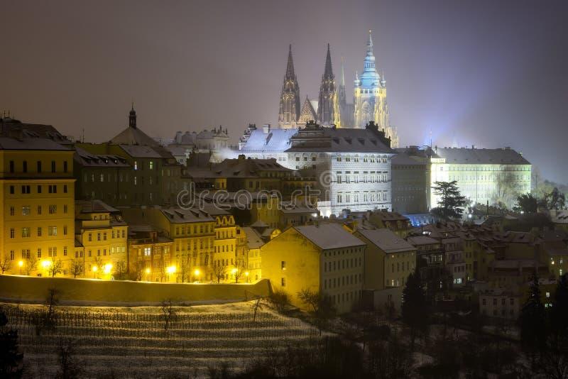 Saint Vitus Cathedral Atmosfera nevado durante a noite do inverno Unesco, Praga, república checa imagens de stock