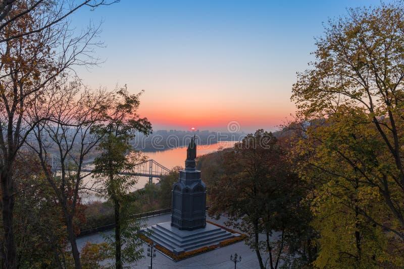 Saint Vladimir Monument em Kiev na manhã do outono, Ucrânia imagem de stock royalty free