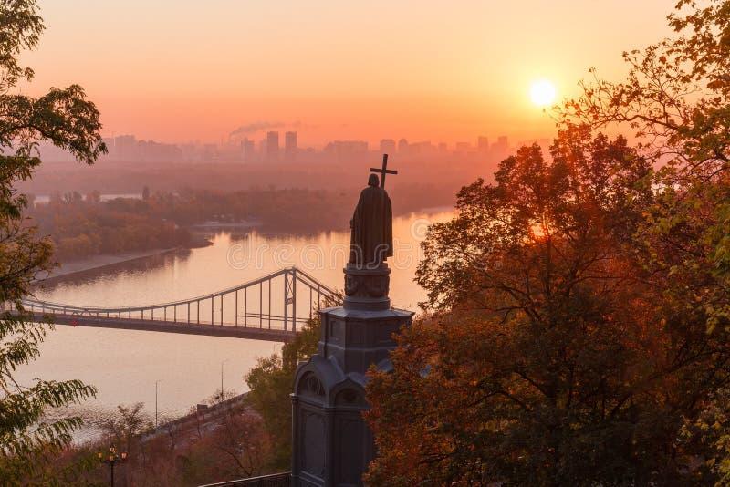 Saint Vladimir Monument em Kiev na manhã do outono, Ucrânia fotos de stock