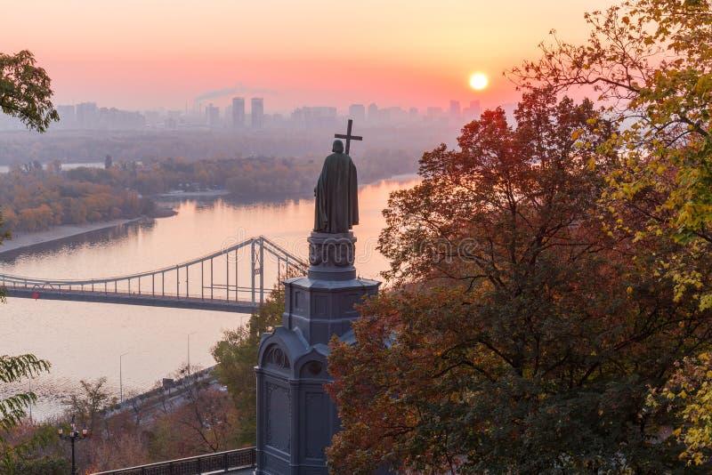 Saint Vladimir Monument em Kiev na manhã do outono, Ucrânia imagens de stock
