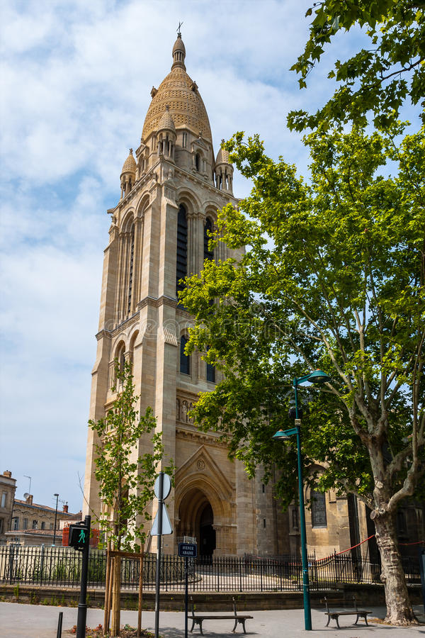 Sainte玛里de la bastide教会在红葡萄酒 库存照片