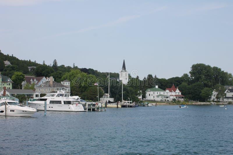 Sainte Anne Church e porto da ilha de Mackinac fotografia de stock royalty free