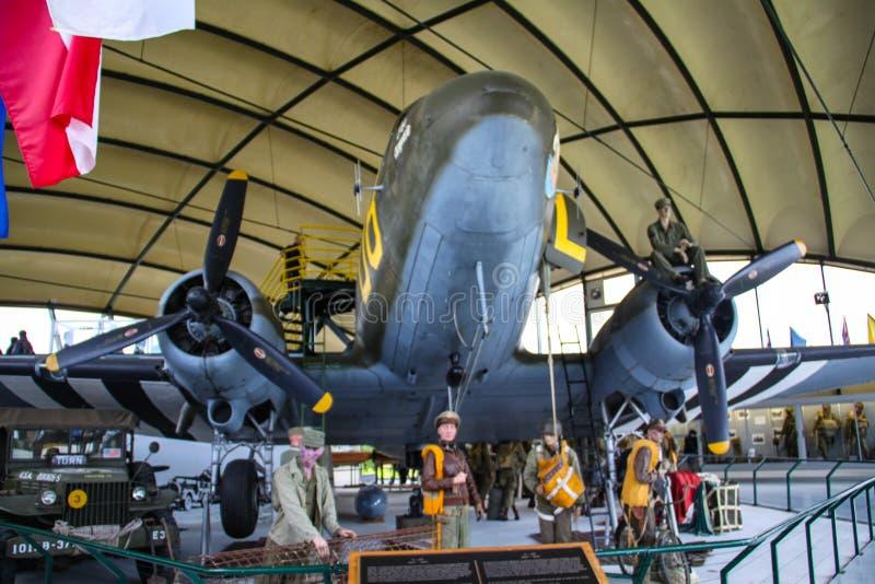 Sainte mero Eglise, França; 4 de junho de 2014: Museu transportado por via aérea Visita à sala do C47 Avião usado para transporta foto de stock