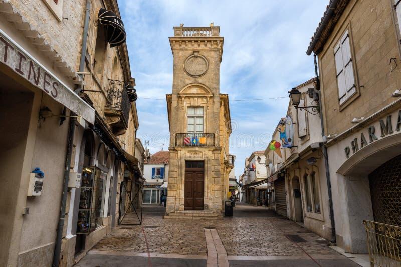 Saintes-Maries-de-la-Mer, Francia - 19 de julio de 2017: La ciudad vieja con el edificio estrecho del museo Baroncelli remató con imagen de archivo