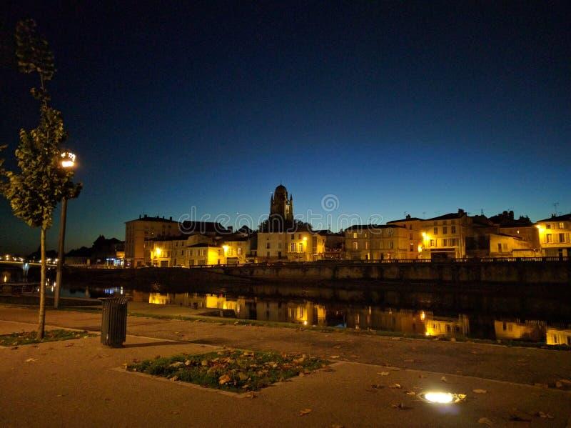 Saintes vid natt royaltyfria bilder