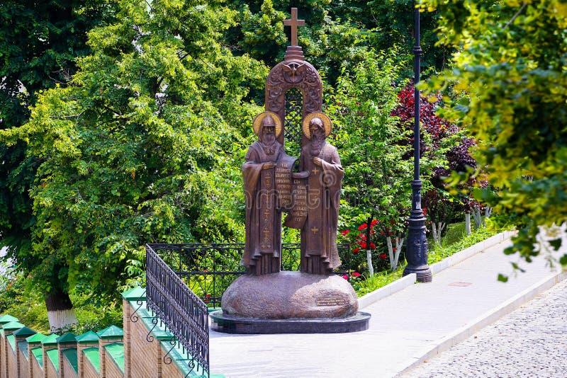 Saints Cyril i methodius statua w Kijowskim Pechersk Lavra zdjęcia stock