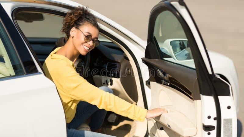 Sair afro feliz da mulher do carro, porta de abertura imagem de stock royalty free