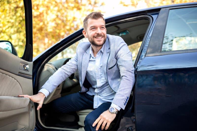 Sair de encantamento do homem novo de seu carro foto de stock royalty free