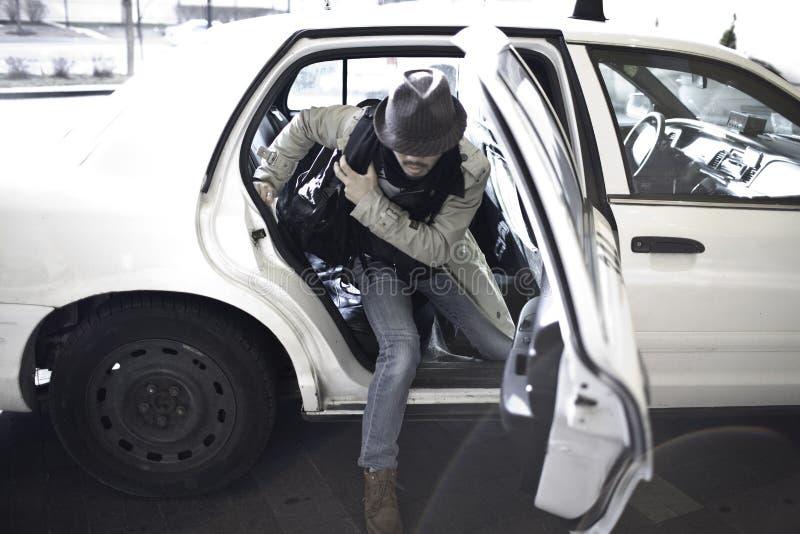 Sair do homem do táxi fotografia de stock royalty free