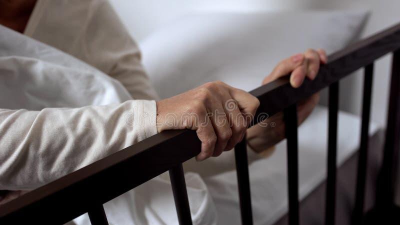 Sair doente envelhecido da mulher mal da cama que guarda no cerco, divisão de hospital foto de stock royalty free