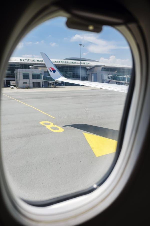 Sair em um plano de jato em Kota Kinabalu International Airport Sabah Malásia fotos de stock