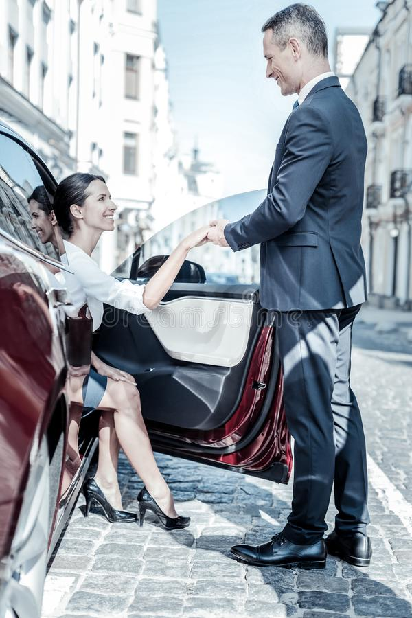 Sair feliz agradável da mulher do carro fotos de stock