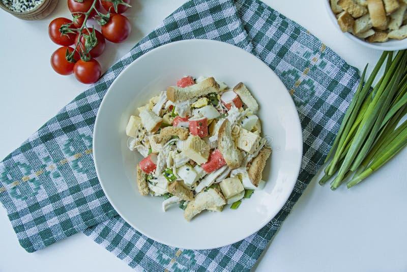 Sais com bolachas, caranguejos, filetes de galinha, ervas frescas e queijo duro, condimentados com manteiga de maionese, servidos imagens de stock