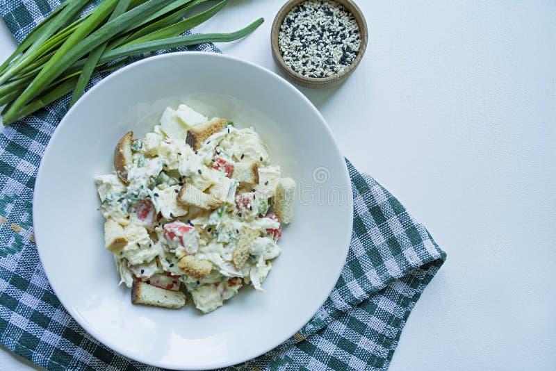 Sais com bolachas, caranguejos, filetes de galinha, ervas frescas e queijo duro, condimentados com manteiga de maionese, servidos foto de stock