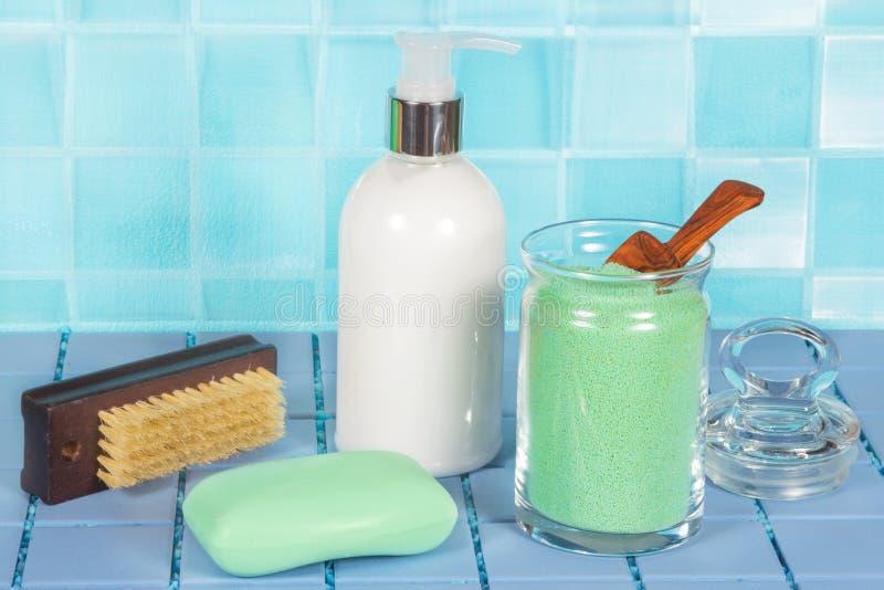 Sais de banho, sabão e distribuidor do sabão imagem de stock