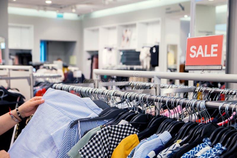 Saison de achat de vacances, Black Friday et concept de achat Vente de collection d'habillement d'été image libre de droits