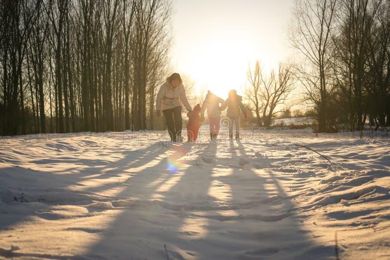 Saison de l'hiver Neige de marche de cuvette photos libres de droits