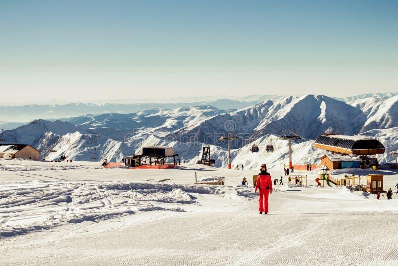 Saison de l'hiver Station de sports d'hiver de vue avec le remonte-pente Repos actif de concept et passe-temps joyeux Passe-temps photo stock