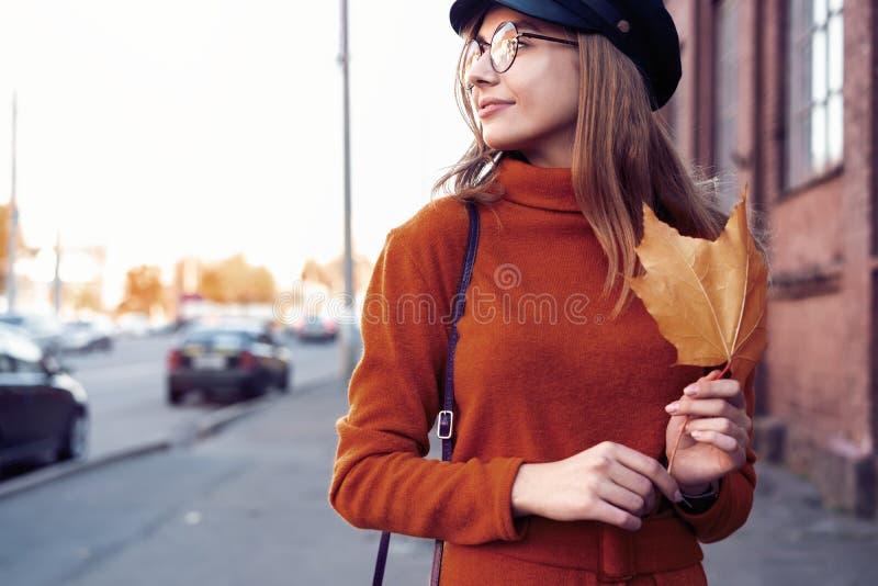 Saison et concept de personnes - portrait d'automne de fille heureuse Femme extérieure de portrait de beauté, mannequin, jolie fi image libre de droits