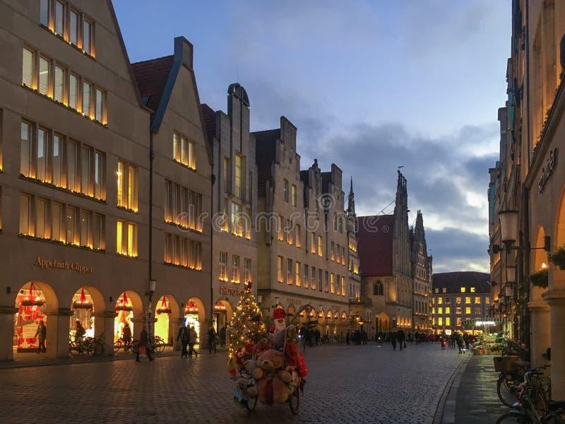Saison et Santa Claus d'avènement chez Prinzipalmarkt à Muenster, Allemagne photo stock