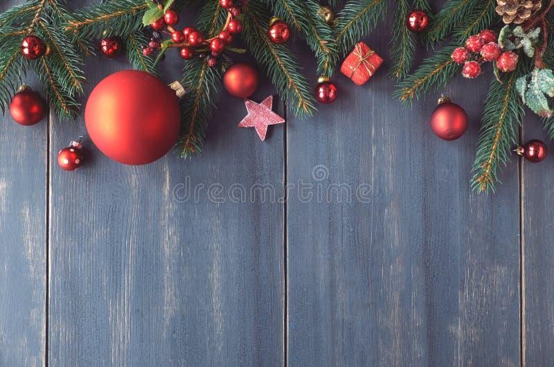 Saisonhintergrund mit den verzierten Weihnachtsbaumzweigen auf Dunkelheit lizenzfreies stockfoto