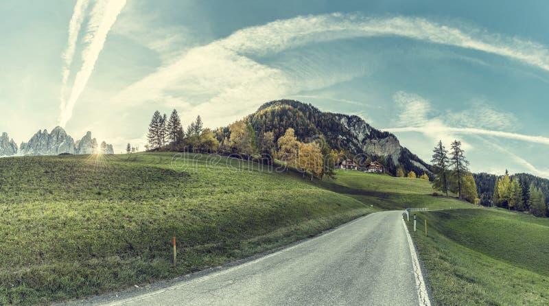 Saisonlandschaft mit Stra?e in den Bergen lizenzfreies stockfoto