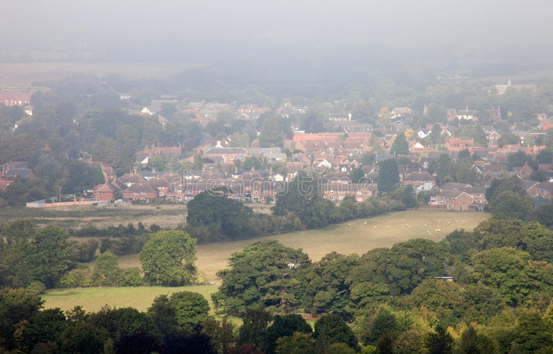 Saisonmorgennebel über einer englischen Stadt stockfotos