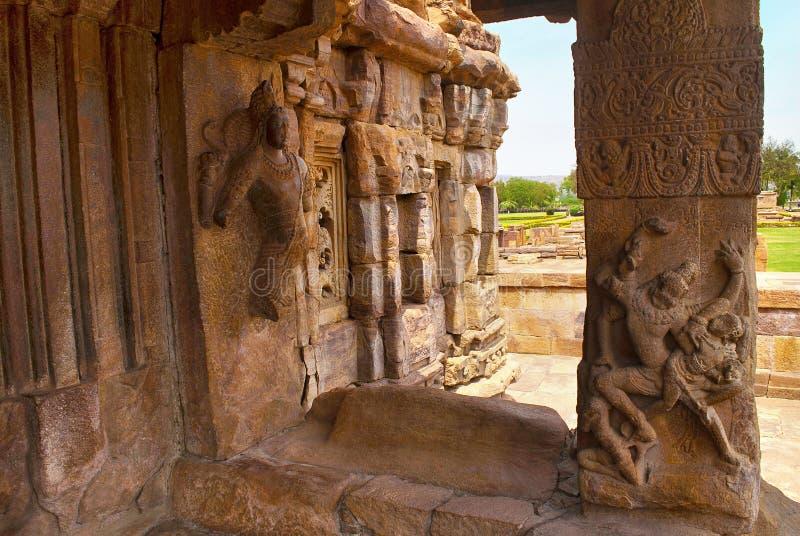 Saiva-dvara-Pala en het beeldhouwwerk van Ugra Narsimha op een pijler van oostelijke mukhamandapa, Mallikarjuna-Tempel, Pattadaka stock fotografie