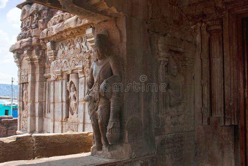 Saiva-dvara-pala på det vänstert och padmanidhien halvt gudomligt vara, östlig ingång, Virupaksha tempel, Pattadakal tempelkomple arkivfoto