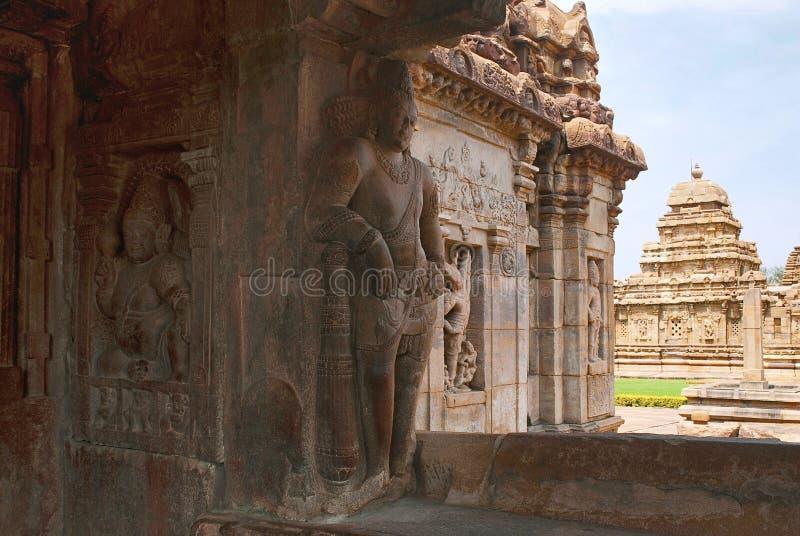 Saiva-dvara-pala på det vänstert och sankhanidhien halvt gudomligt vara, östlig ingång, Virupaksha tempel, Pattadakal tempelkompl fotografering för bildbyråer