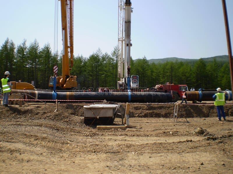 Sajalín, Rusia - 18 de julio de 2014: Construcción del gaseoducto en la tierra fotografía de archivo