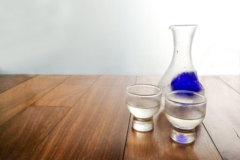 Saké japonais froid régénérateur sur la plate-forme en bois photo libre de droits