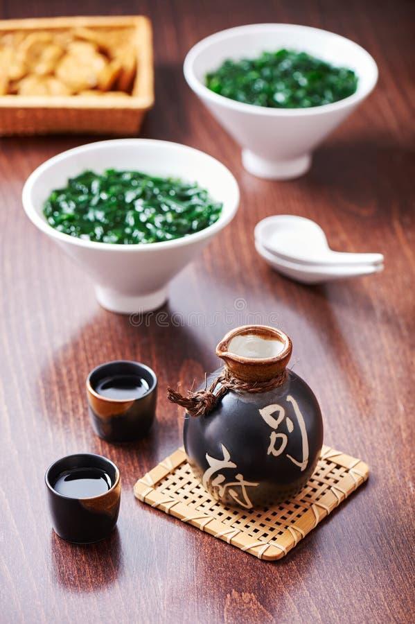 Saké japonais réglé et soupe d'algue image stock