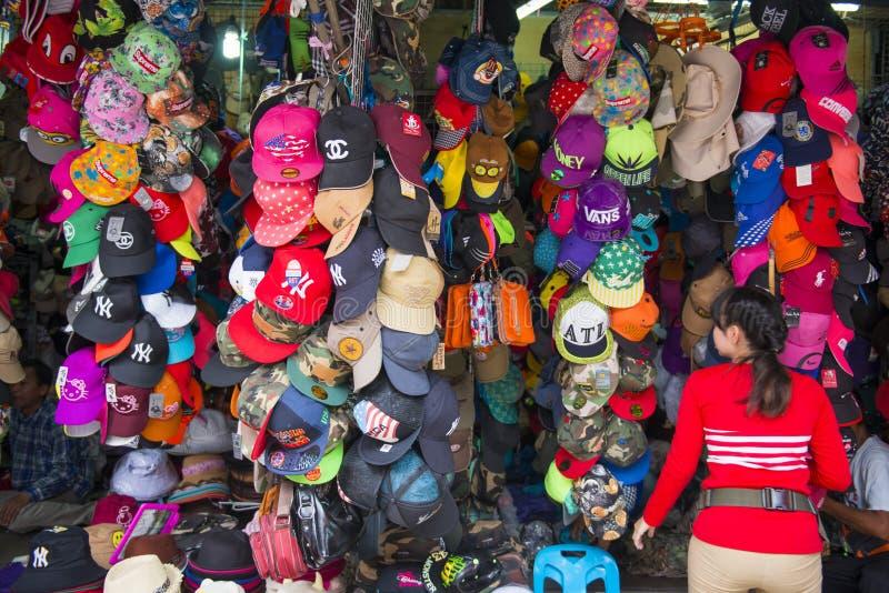 SAKAEO, THAÏLANDE - 21 MAI 2016 : divers chapeau accrochant dans le magasin f images stock