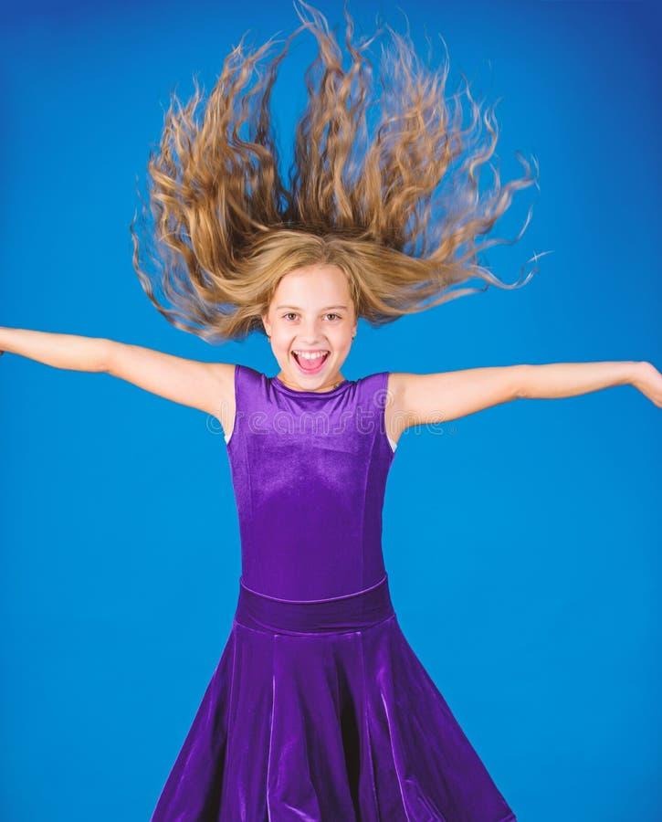 Saker som du behöver, vet om frisyr för balsaldans Latinska dansfrisyrer för balsal Ungeflicka med den långa hårkläderklänningen arkivfoto