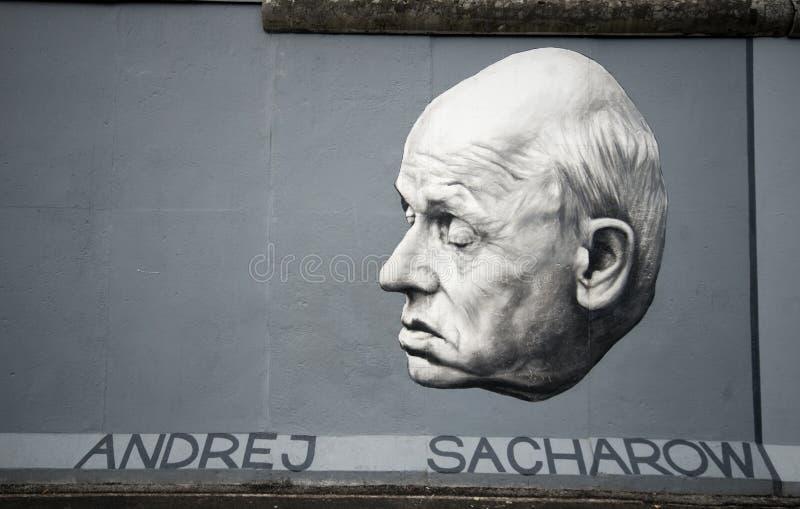 Sakharov en el muro de Berlín fotos de archivo