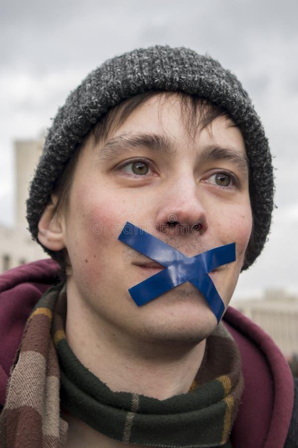 Sakharov utsikt Politiskt samla för fri internet Ungdom med politiska affischer royaltyfri fotografi